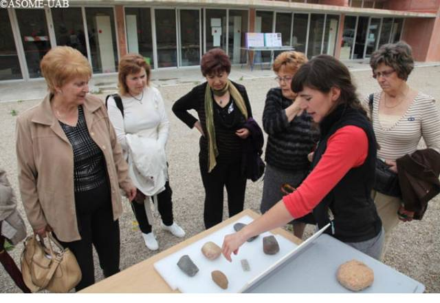 "Group of visitors in the area of lithic industry of ""The living Museum""."